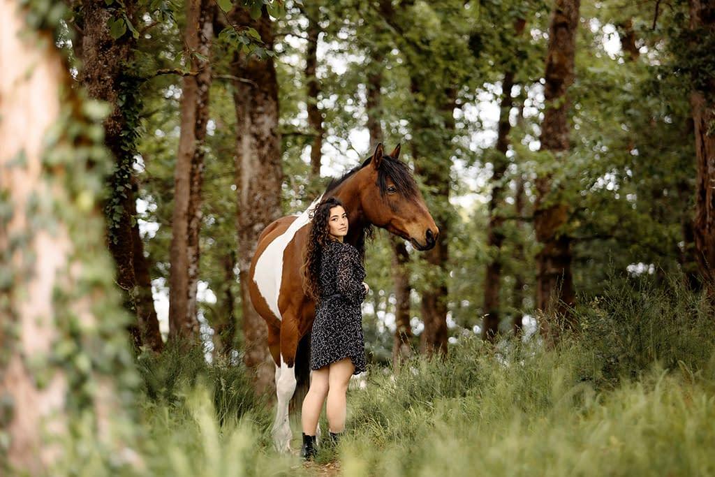 cheval pie et sa cavalière dans les bois photo: Faustine Gauchet