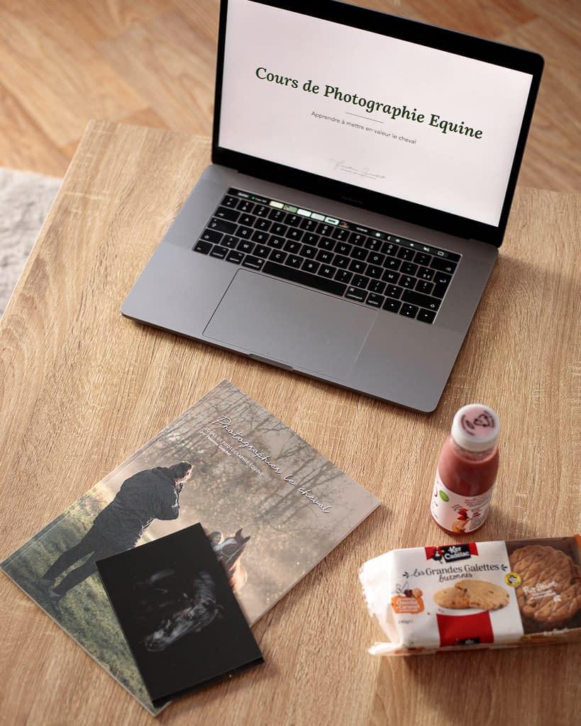 Ordinateur et livre du cours de photographie équine