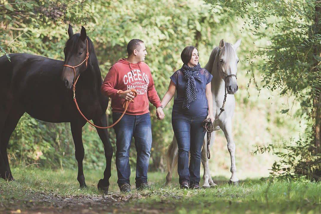 Séance couple grossesse avec chevaux
