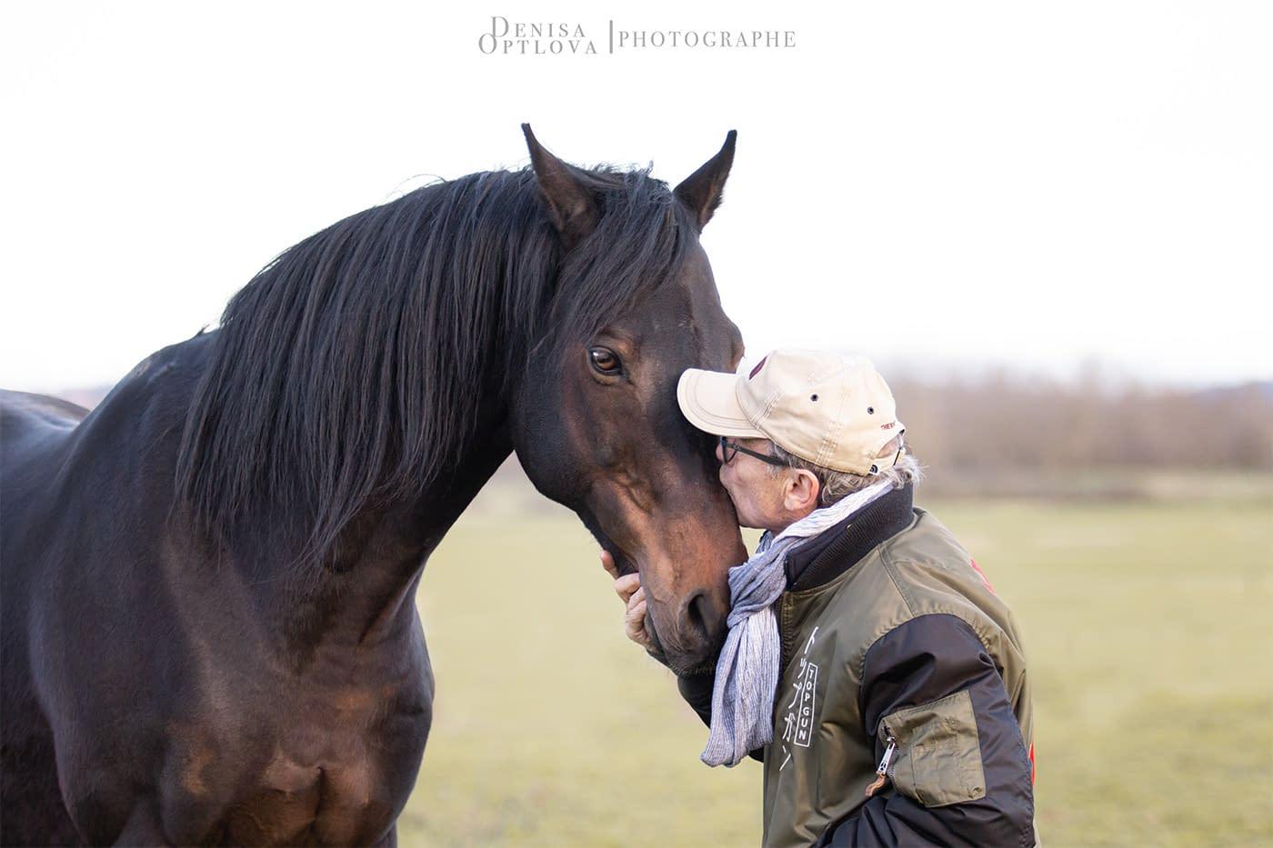 Cheval et son propriétaire faisant un bisou - Denisa Optlova