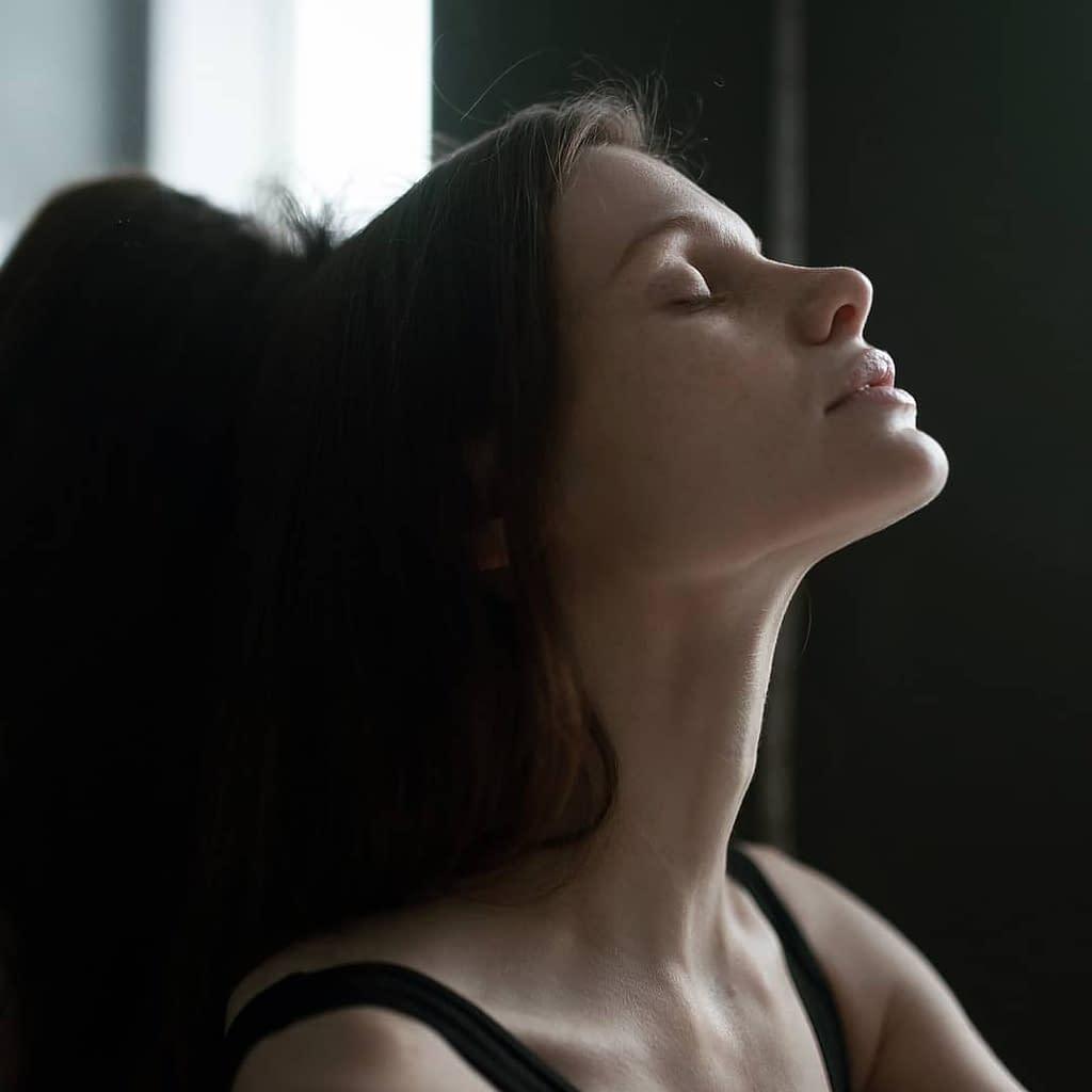 portrait d'une jeune femme les yeux fermés